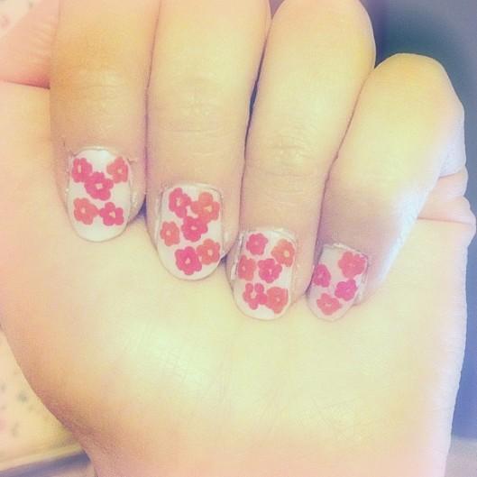 nail art med blomster
