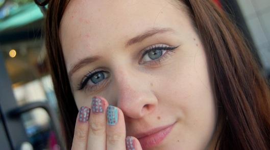 prikket neglelak og eyeliner